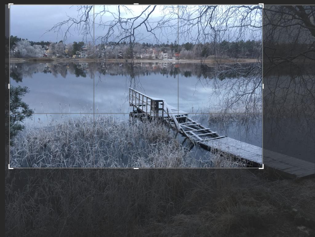 Frostig brygga, spegelblank sjö.
